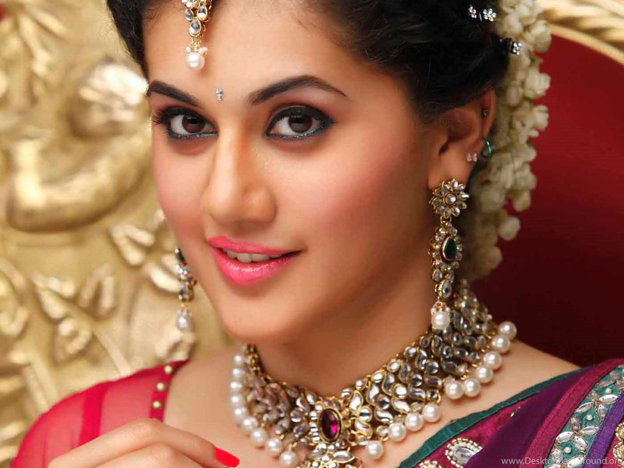 taapsee pannu telugu actress beautiful red saree hd pics desktop