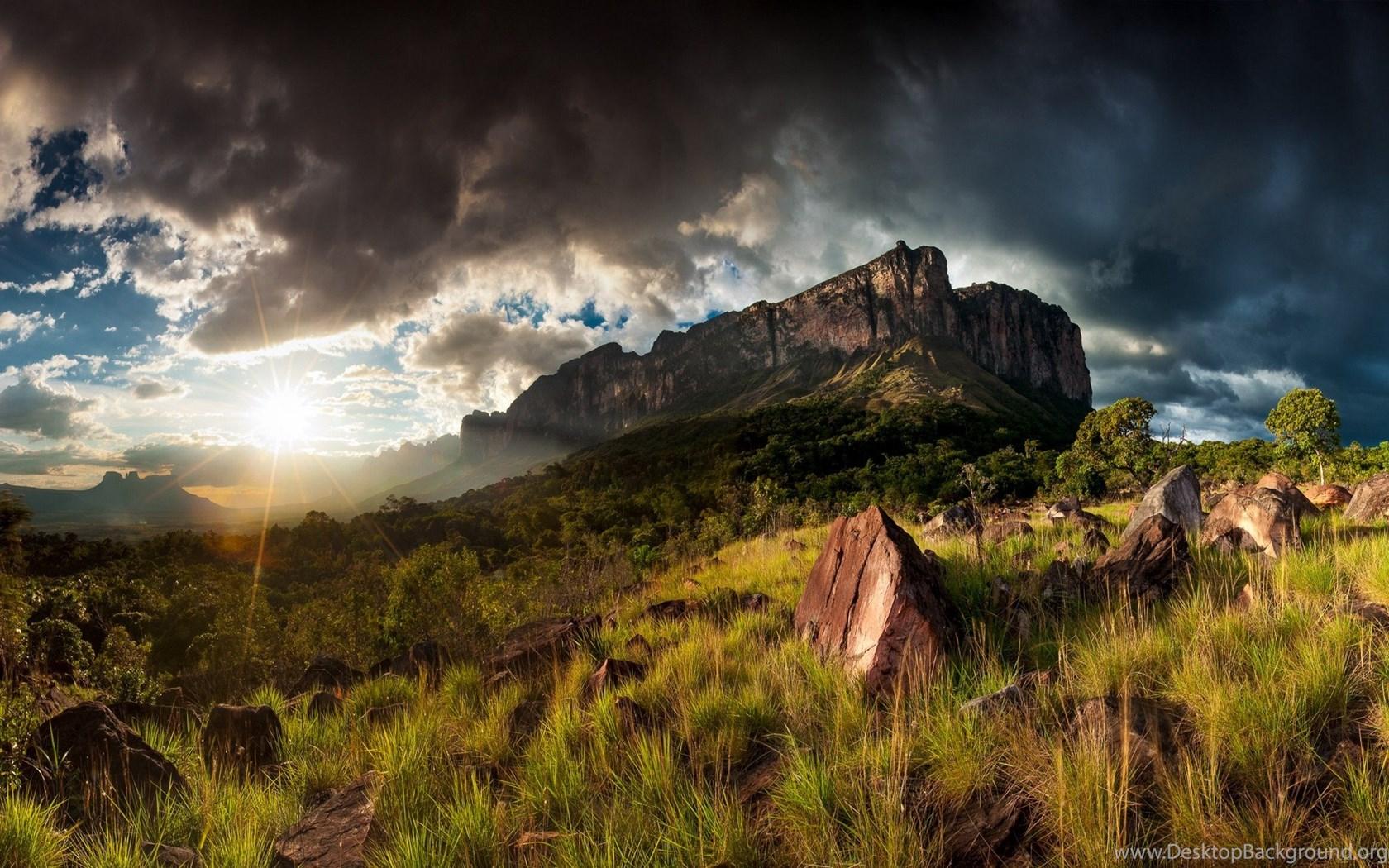 Скалы горы облака трава деревья  № 2863409 бесплатно